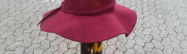 Hut lag auf der Strasse