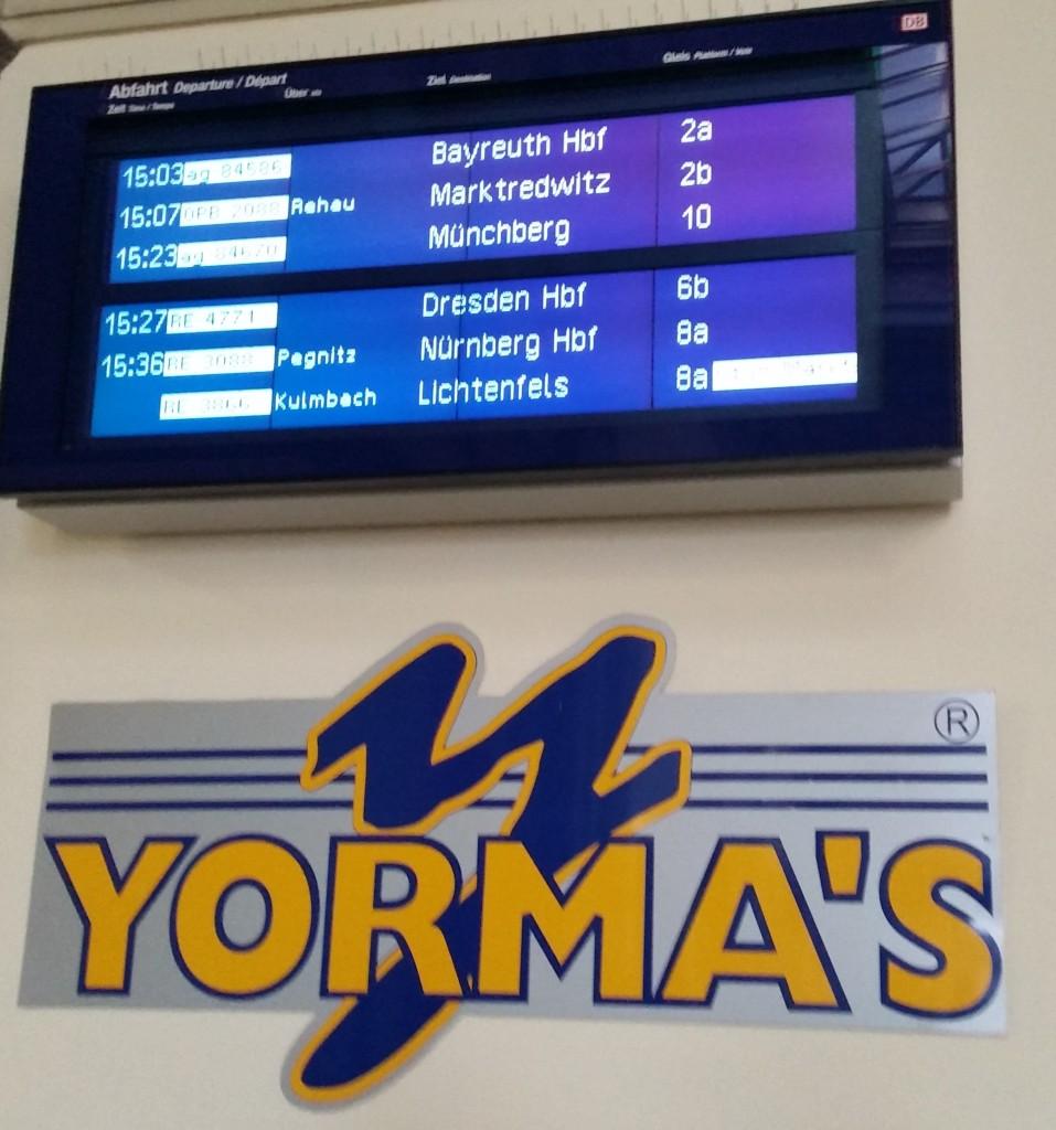 Yormas Firmenschild im hofer Bahnhof