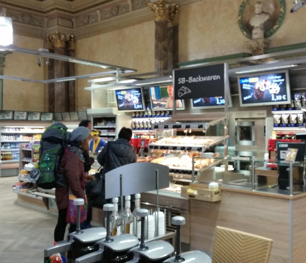 im Hofer Bahnhof gibt es bei Yormas Kaffee